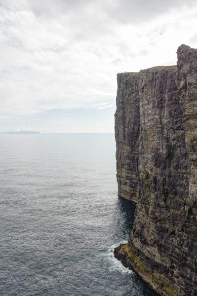 Les petits points en haut de la falaise, c'est des gens... Debouts...
