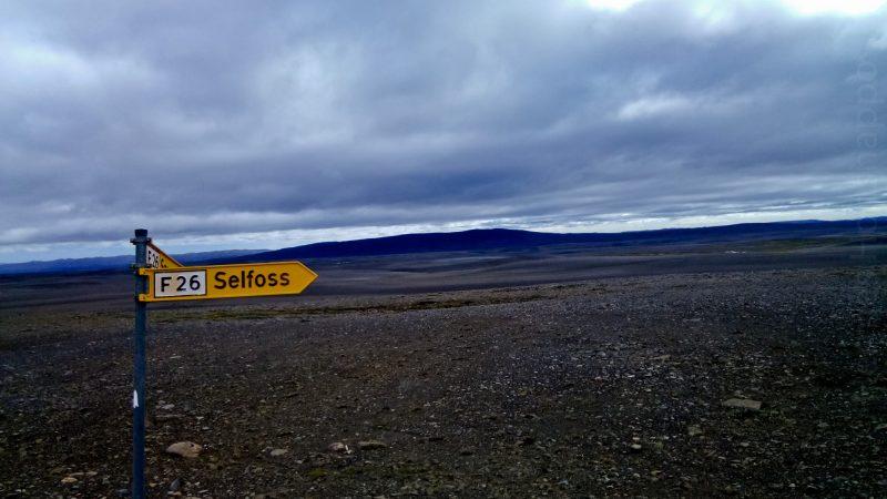 Le paysage est désertique, rien ne pousse, sauf les cailloux