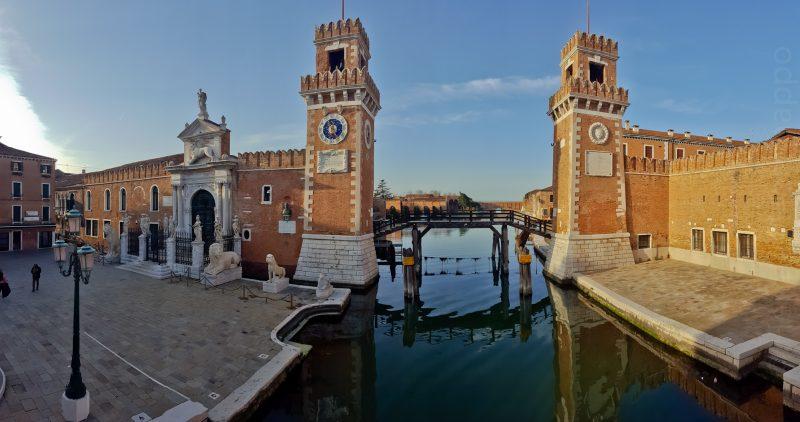 """On remarquera la petite chaîne fermant le canal, et les panneaus """"Zona Militare"""" sur les piliers de bois"""