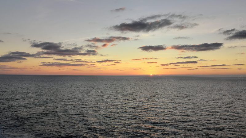 Regarder l'horizon disparaître dans un coucher de soleil flamboyant
