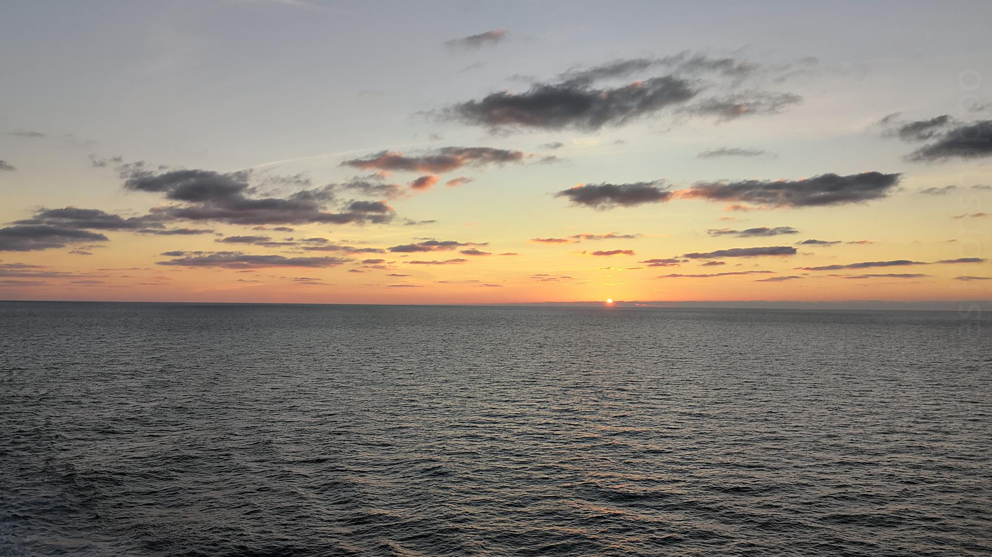 Regarder l'horizon disparaître dans le coucher de soleil