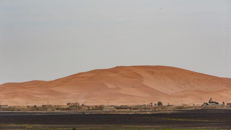 Nous quittons Merzouga, et ses dunes immenses surplombant la ville.