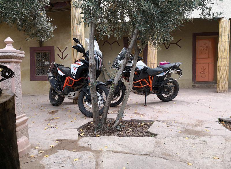 Les motos nous attendent sagement à l'intérieur